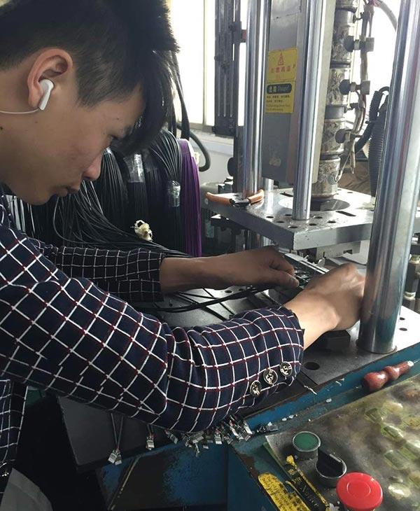 宏浩達數據線生產廠家數據線成型注塑機作業